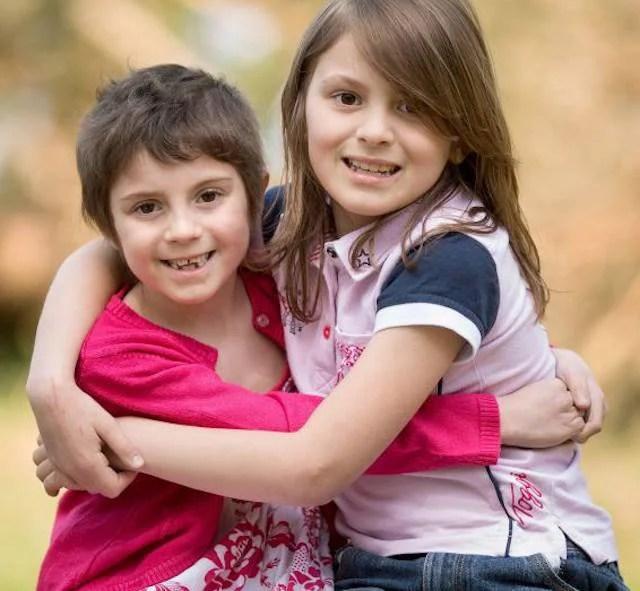 Kacey e Milly posano insieme dopo che la prima ha donato il midollo osseo alla seconda.