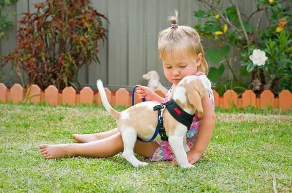 bambina e cucciolo