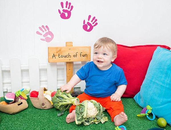 bambino gioca col cibo