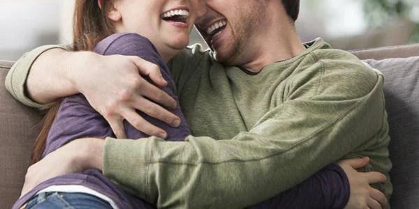 un uomo e una donna ridono insieme