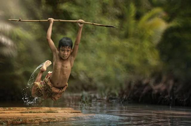 villaggio in indonesia bimbo su lago