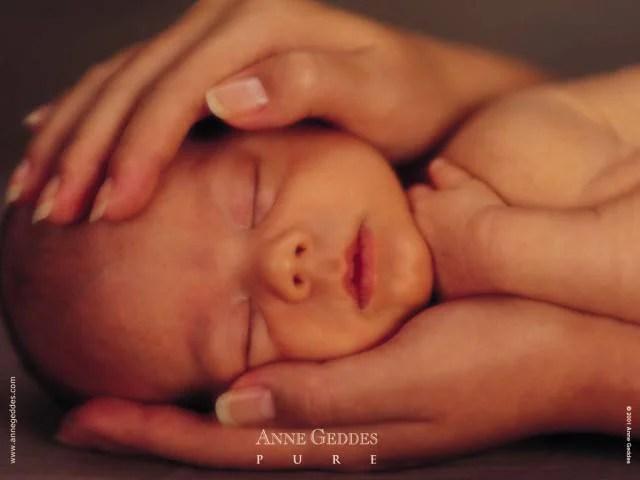 bebè tra le mani di una mamma