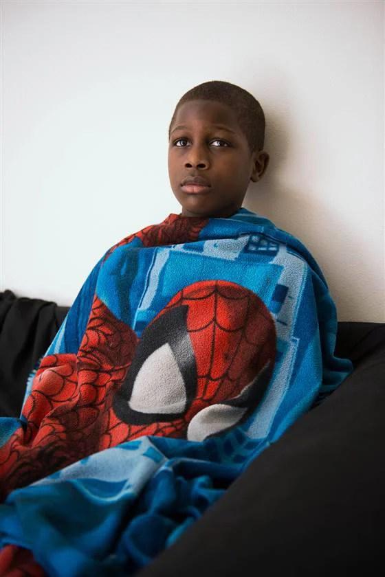 bambino con coperta di superman