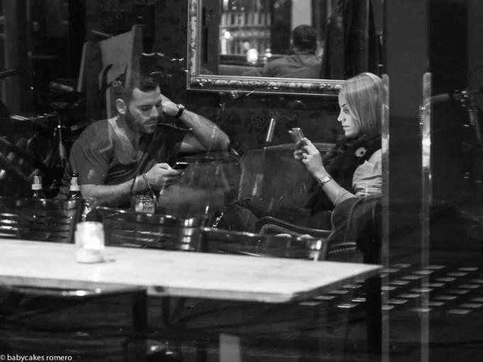 persone al bar non si parlano