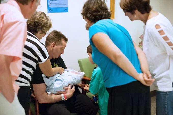 famiglia intorno a bebè