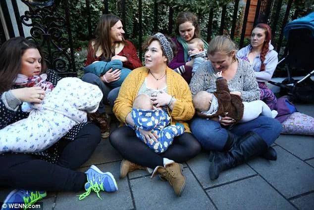 donne che allattano per strada