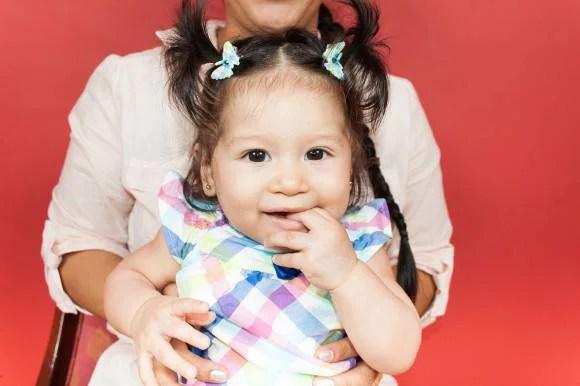 bambina in braccio alla mamma