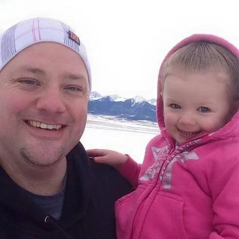 papà e figlia sorridono felici
