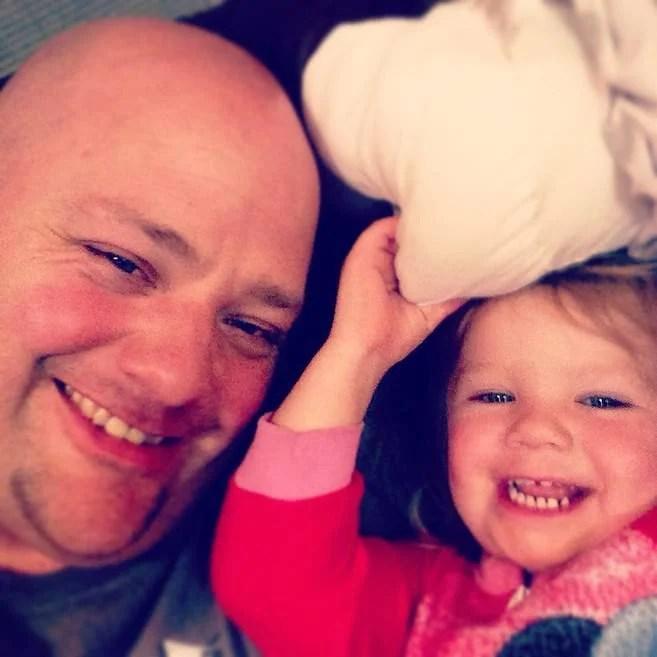 papà e figlia sorridono