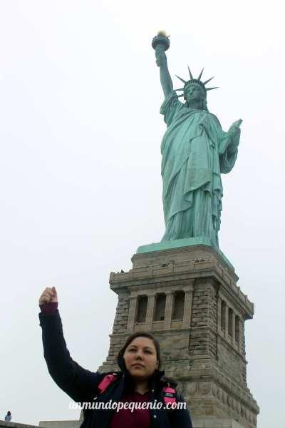 Foto muy seria de quien escribe y la gran estatua