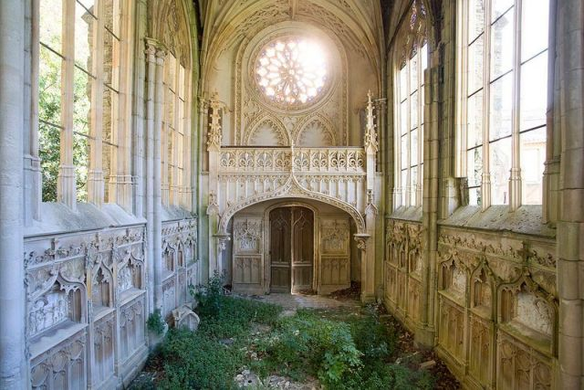 Hauntingly-beautiful-abandoned-chapel-2