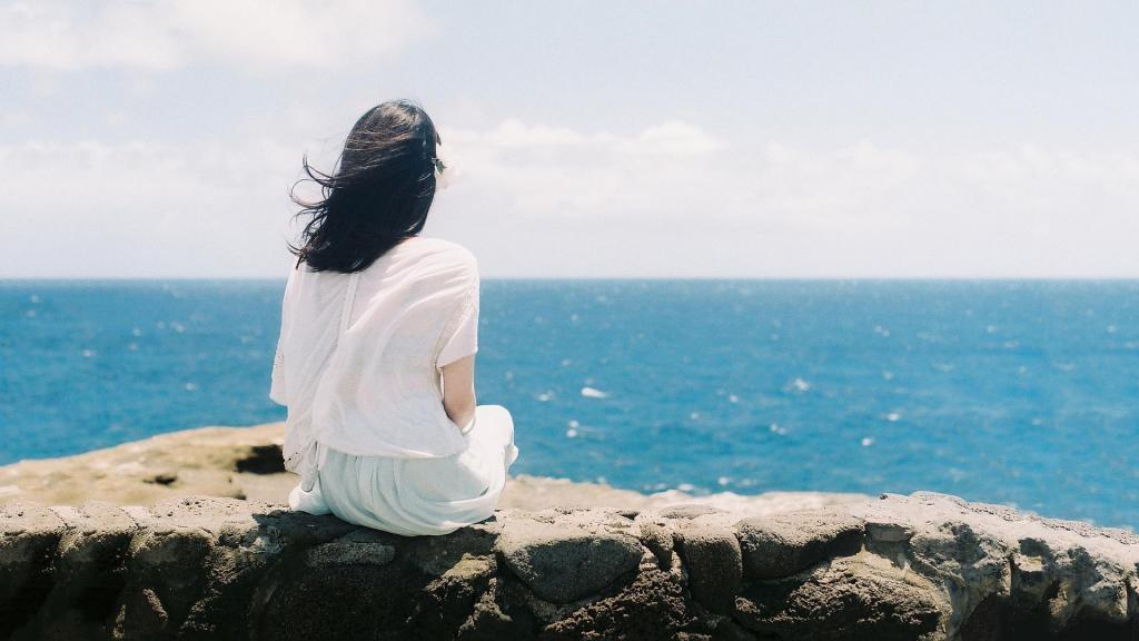 A Girl Sitting Alone Wallpapers 一个人观景的图片女生背影 高清壁纸 图片 时光记忆 回车桌面