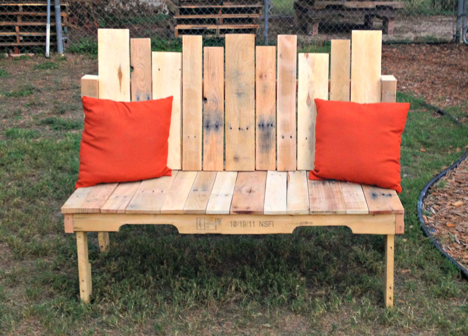 Houten Tuinbank Maken How-to: Pallet Wood Bench - Upcycled Ugly