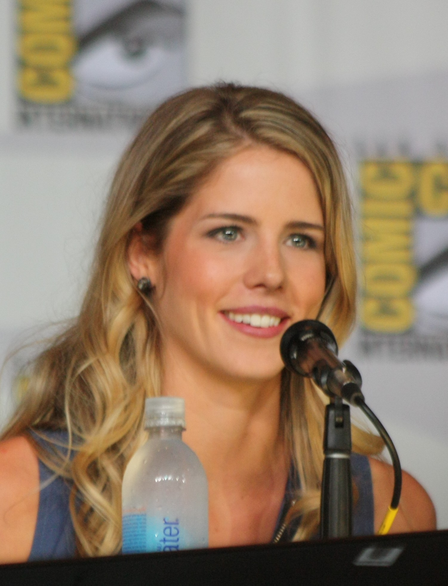 Bett Comic File Emily Bett Rickards At The 2013 Comic Con B Jpg Wikimedia