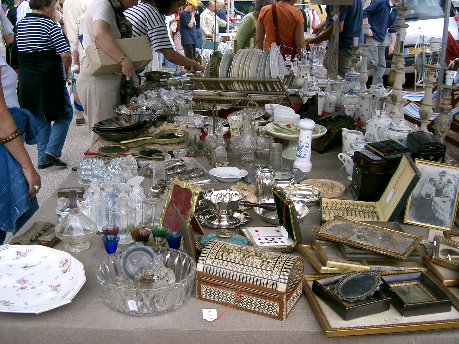 Brocante A Paris File Vide Grenier Seurre Jpg Wikimedia Commons