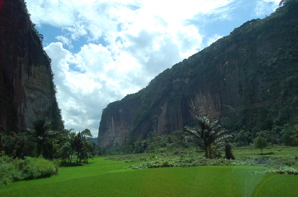 El ambiente En un valle, hay la casa de Lencho y su familia sobre - land form