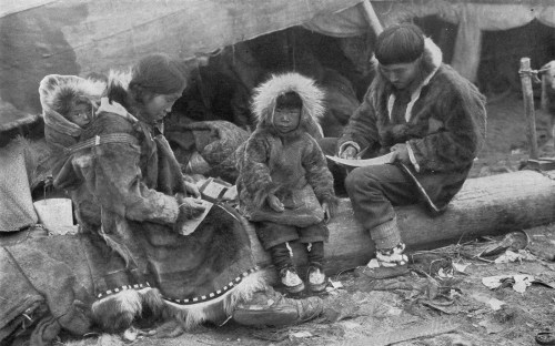 Description Eskimo Family NGM-v31-p564.jpg
