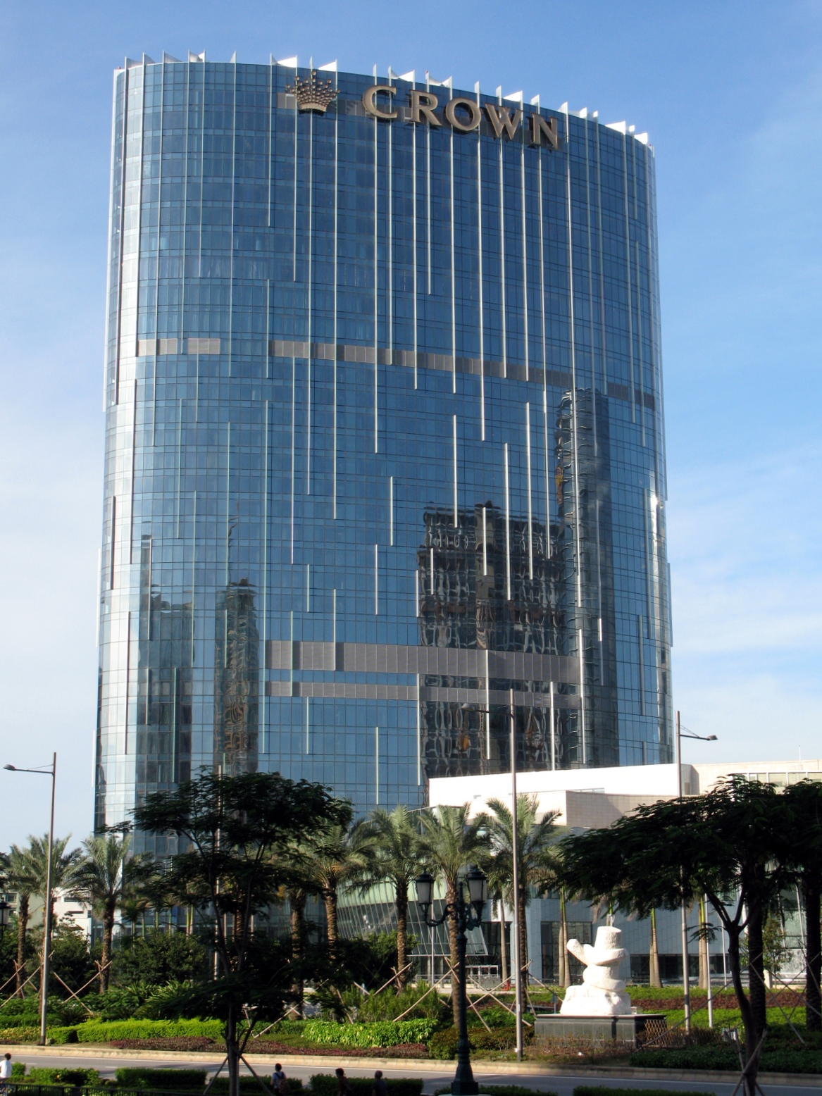 Une Hotel Crown Towers — Wikipédia
