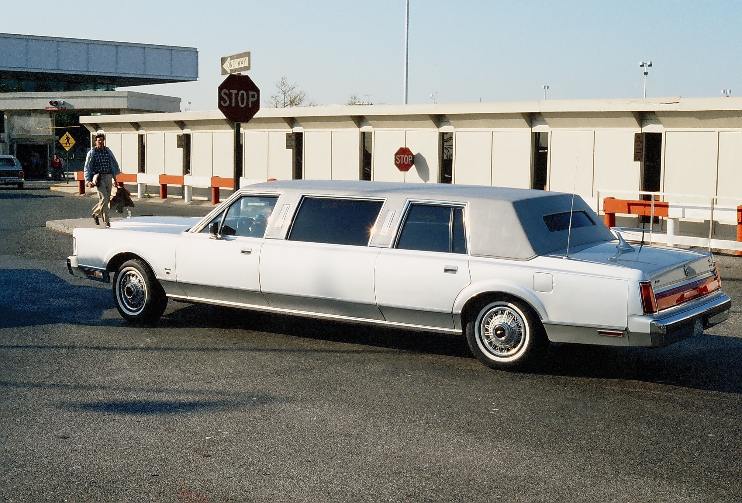 Airport Jfk Limousine Service File:limousine At Jfk Airport.jpg - Wikimedia Commons