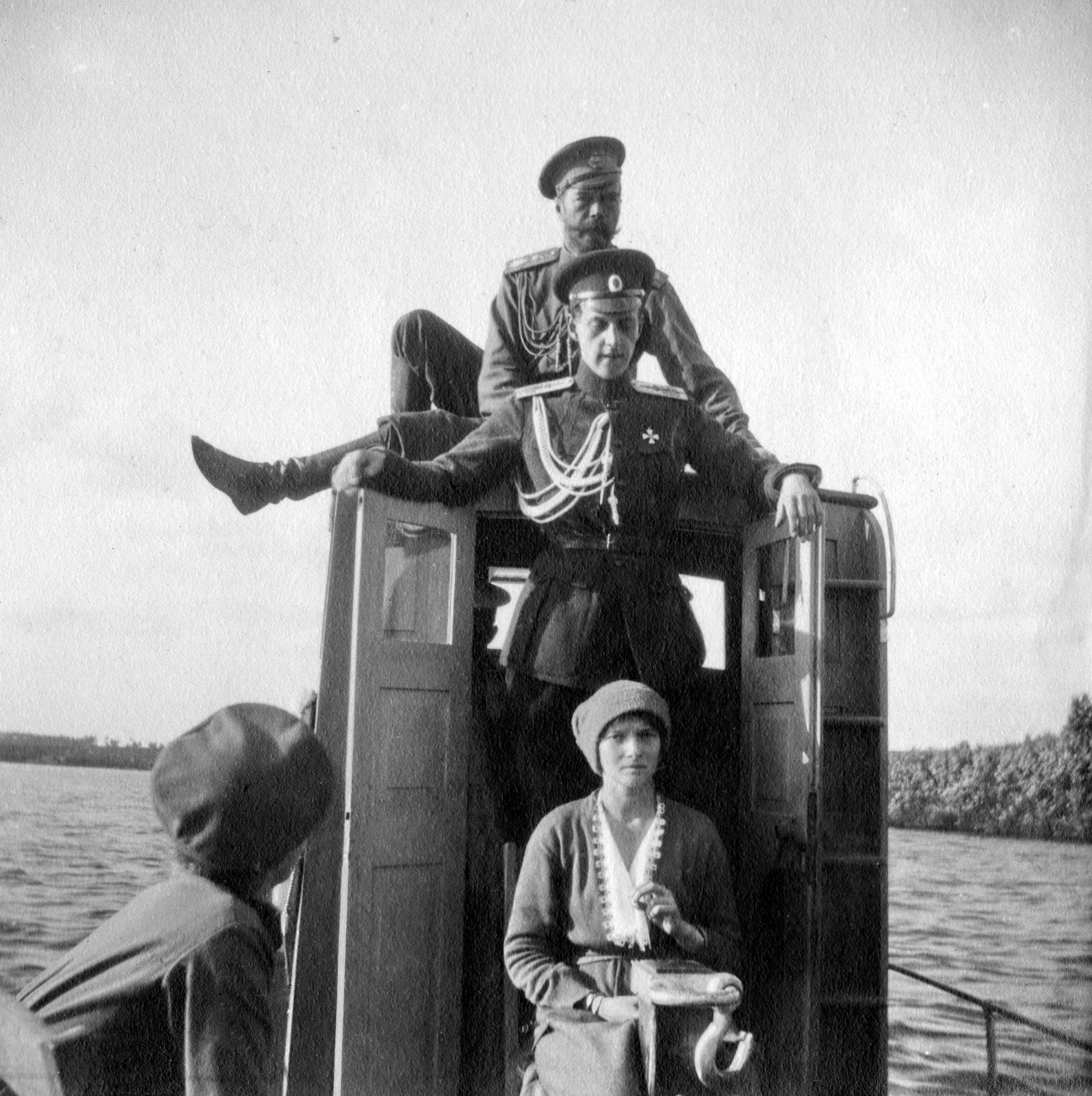 Nicholas Ii File Nicholas Ii Of Russia With Family On The Dnieper