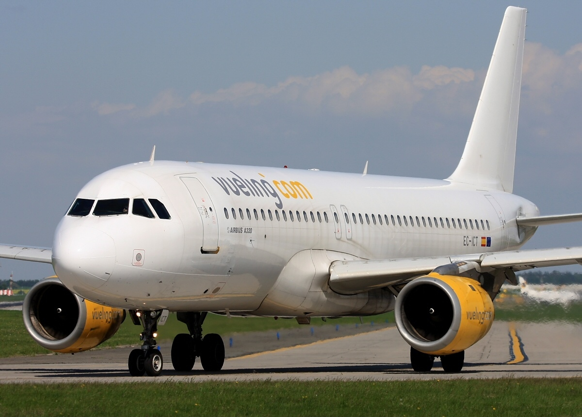 Vueling Airlines File:airbus A320-211, Vueling Airlines An1916098.jpg