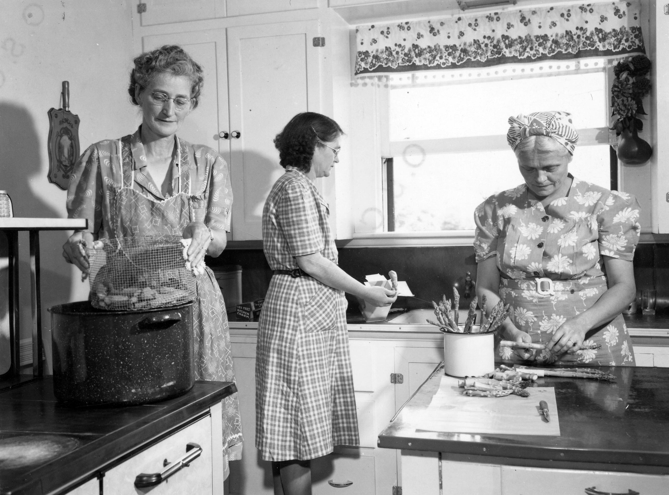 Vintage Schürze Küche File Women In Kitchen Preparing Food Circa 1945