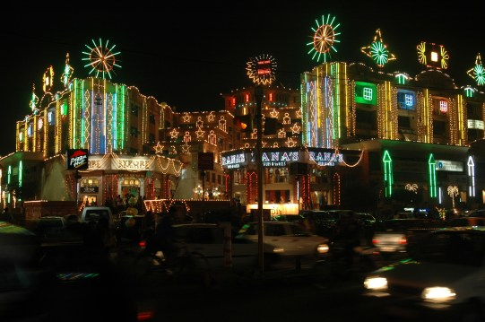 http://i0.wp.com/upload.wikimedia.org/wikipedia/commons/b/bb/Diwali_street_decorations_in_Jaipur.jpg?resize=541%2C359