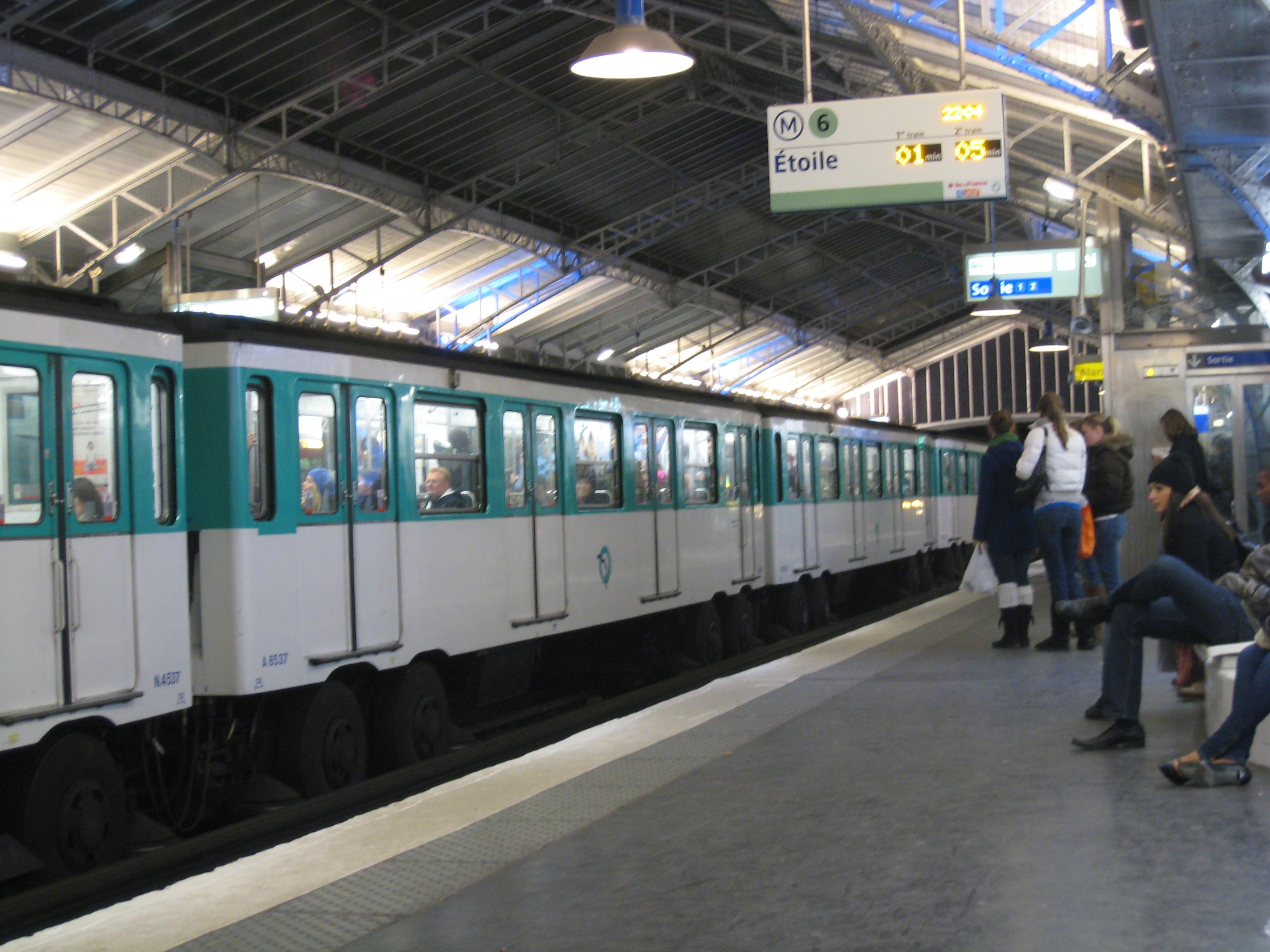 Paris Train File Paris Metro Train Enters A Station Jpg Wikimedia Commons