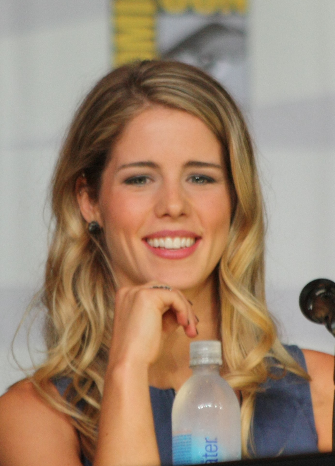 Bett Comic File Emily Bett Rickards At The 2013 Comic Con C Jpg Wikimedia