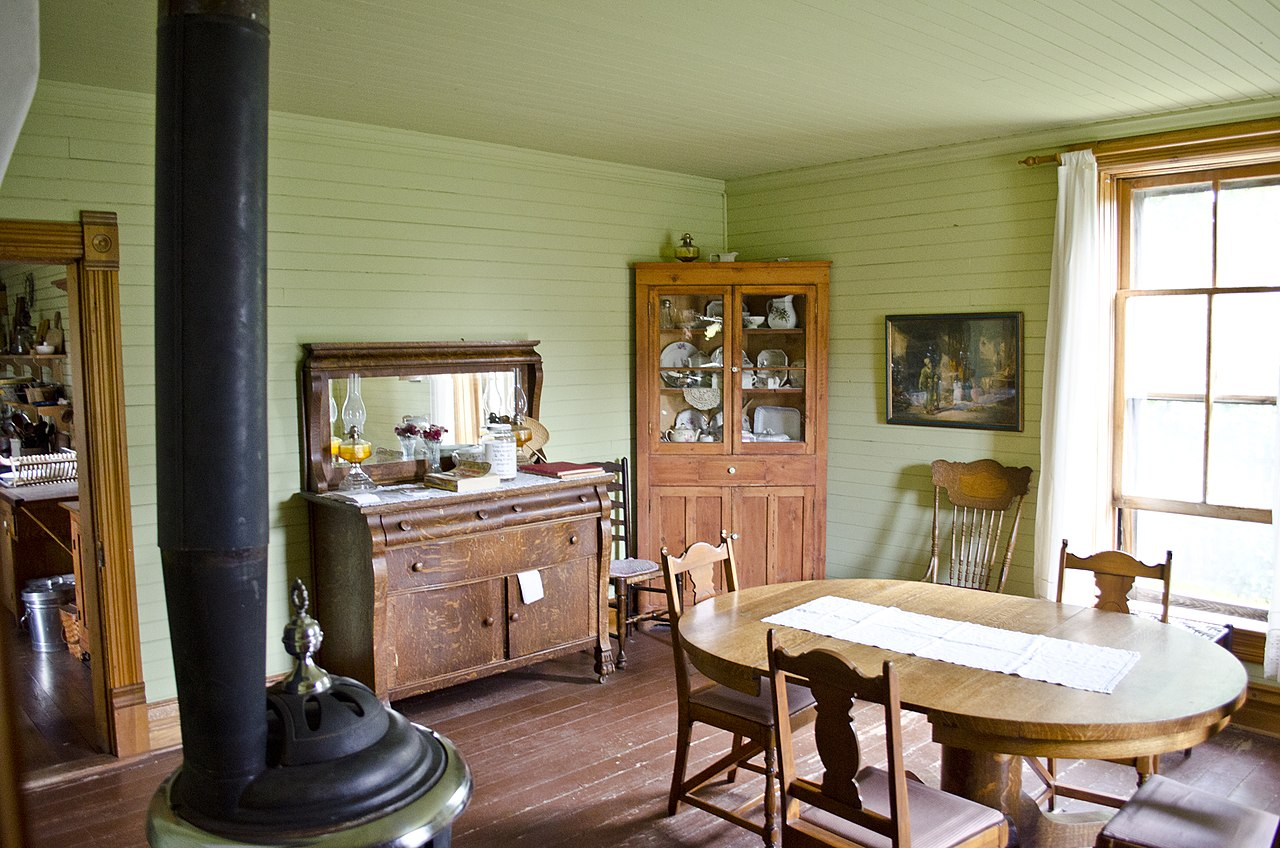 File:Looking S from entry hall into dining room