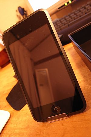 English: Apple iPod touch and plastic stand.