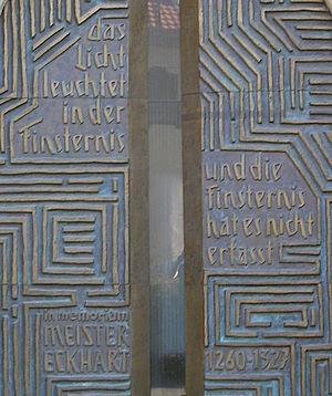 Das Meister-Eckart-Portal an der Predigerkirch...