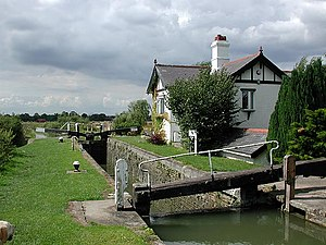 English: Lock and cottage on Aylesbury Arm of ...