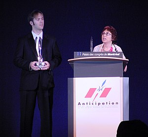 English: Ann VanderMeer accepting 2009 Hugo Award