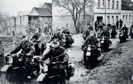 Plik:Motocykliści 2. Armii Wojska Polskiego podczas operacji łużyckiej, kwiecień 1945 r. Oddział jest wyposażony w amerykńskie motocykle Harley-Davidson, dostarczane do ZSRS w ramach umowy Lend-Lease.jpg