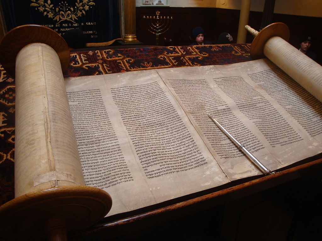 Torá Libros File Open Torah The Jewish Holy Book Jpg Wikimedia Commons