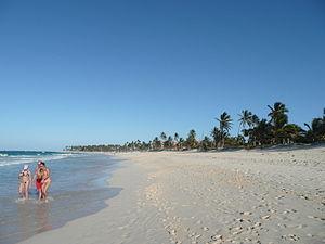 English: View along a beach facing southwards ...