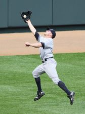 Brett Gardner makes a outstretched catch durin...