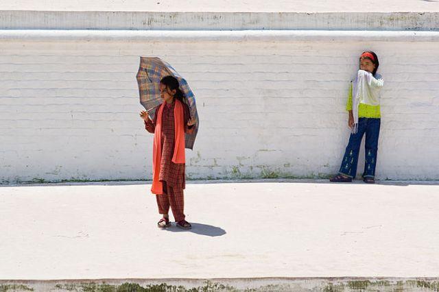 English: Two girls seeking shadow on Bodnath T...