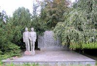 File:Denkmal Berliner Allee 125 (Wei) Widerstandskmpfer ...