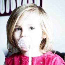 Ora aqui vai um recado: O uso da chupeta é um assunto privado e privativo de cada família.