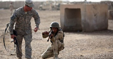 An American trainer instructs an Iraqi soldier north of the capital Baghdad, on January 7, 2015. (AHMAD AL-RUBAYE, AFP)