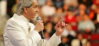 Televangelist Benny Hinn Admits Going Too Far With Prosperity Gospel in Wake of Billy Graham's Death