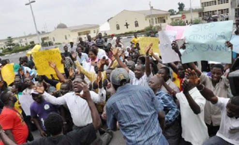 #EdoElection: Protesters Besiege  Benin INEC Office as   Obaseki Emerges Governor Elect