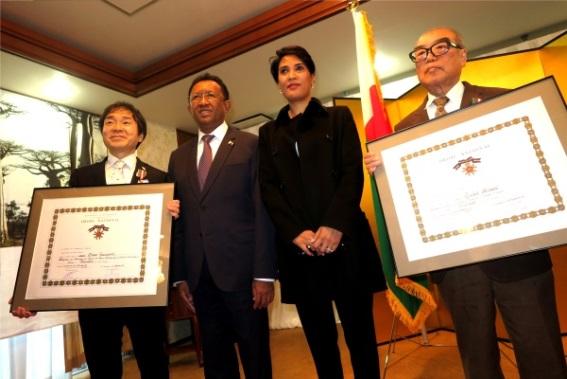 土佐泰祥准教授(左) マダガスカル共和国大統領夫妻(中央)