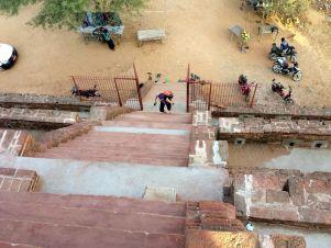 Les escaliers des temples peuvent parfois se révéler un peu raides!