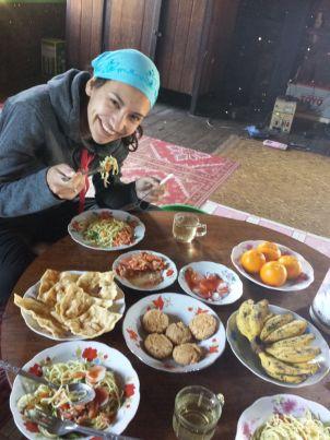 Super bon repas préparé par notre guide et ses parents lors de notre trek au lac Inle