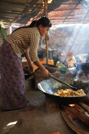 Sur le marché de Bagan, je m'invite pour découvrir une curieuse fabrication de sucreries à base de palmier (à sucre)