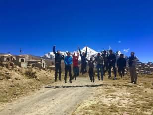 Avant d'arriver au camp de base, petite photo avec les guides devant le Huayna Potosi et un cimetière où ceux qui n'arrivent pas au sommet y sont enterrés ;-)