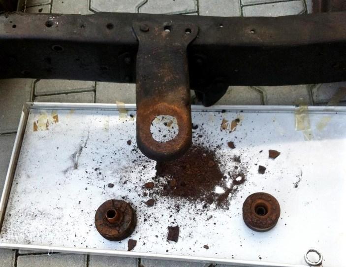 Rostproduktion vom Feinsten: Beim Reinigen des Rahmens fördern Knut und Ole eine Menge von der rot-braunen Pest zu Tage.